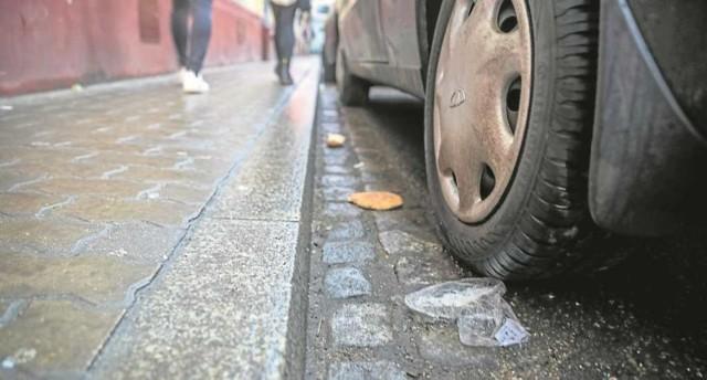 Na chodnikach i miejscach parkingowych zalegają śmieci i naniesione przez auta zanieczyszczenia