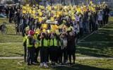 """Uczniowie trójmiejskich szkół wyrazili solidarność z protestującymi nauczycielami, tworząc w Gdańsku symboliczny """"wykrzyknik poparcia"""""""