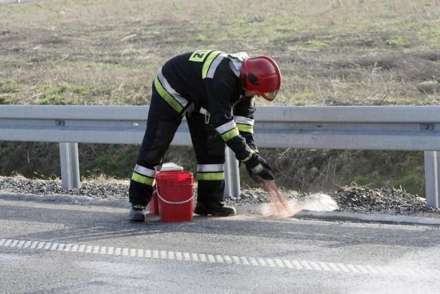 Na miejscu wypadku, na ul. Gdańskiej w Borównie, wciąż pracują służby, w tym strażacy