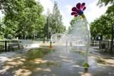 Fontanny i wodne place zabaw w Warszawie. Tam można ochłodzić się w upały i podziwiać tańczące światło