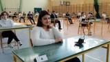 Egzamin ósmoklasisty 2021: uczniowie przystąpili do pisania testu z języka polskiego. Przed nimi także egzaminy z matematyki i języka obcego