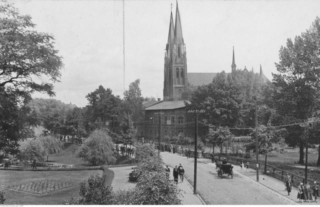 Fragment jednej z ulic miasta. Widoczny kościół parafialny pw. Świętych Apostołów Piotra i Pawła.