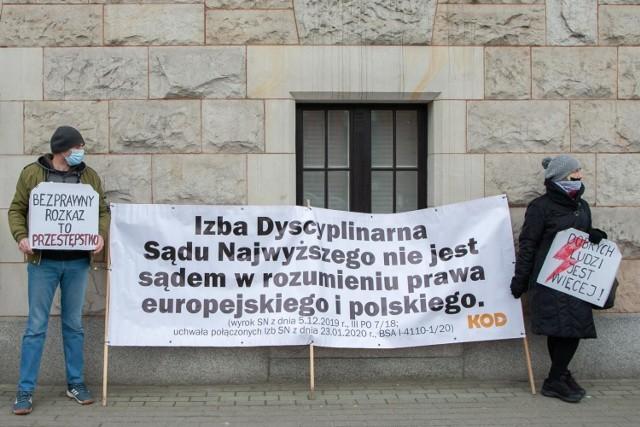 - Byliśmy pod Sądem Okręgowym w Bydgoszczy, by wyrazić poparcie niezależnym sędziom i prokuratorom, którzy walczą o praworządność dla nas wszystkich, narażając się na represje ze strony władzy - mówili manifestujący.