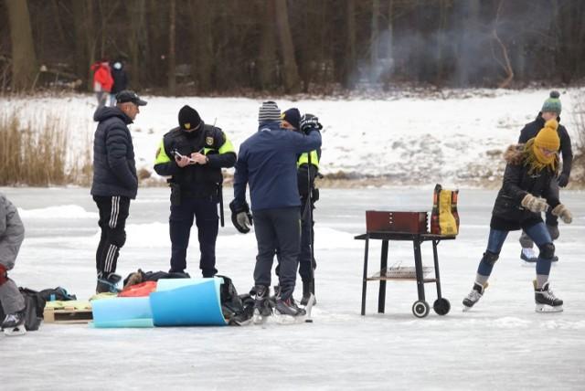 W niedzielę (7 lutego) grupka miłośników grillowania postanowiła zrealizować swoją pasję na jednym ze stawów w łódzkim Arturówku...   >>> Czytaj więcej przy kolejnej ilustracji >>>