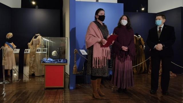 """Wystawa """"Rekonstrukcje ubiorów dziecięcych od XVII do XIX wieku"""" w Muzeum w Piotrkowie"""