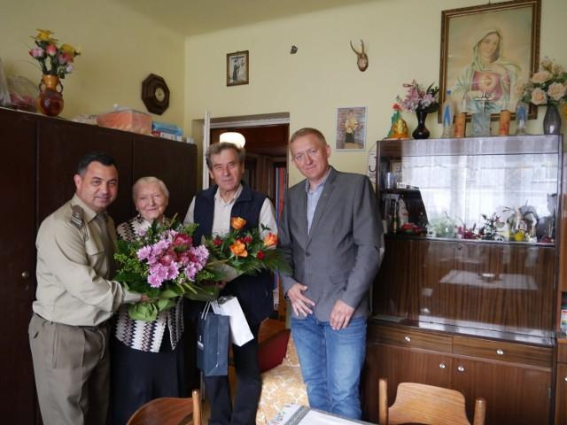 Kwiaty dla Heleny Majkowskiej, uczestniczki Powstania Warszawskiego z okazji 95. urodzin