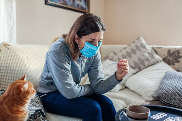 Choć długi covid to objawy utrzymujące się przez okres 3 miesięcy, u niektórych odczuwane są nawet przez pół roku. Dolegliwości, do których należy także nawracająca gorączka, mogą pojawić się po wstępnej poprawie zdrowia.