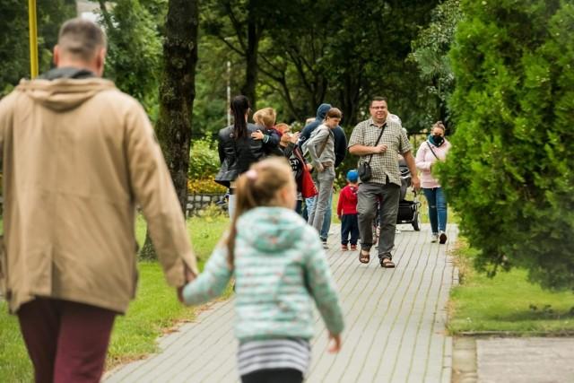 Sytuacja demograficzna w Polsce wciąż się nie poprawiła. Przez ostatni rok liczba ludności spadła o prawie 200 tysięcy. Liczba urodzeń pozostaje niższa, a zgonów - wyższa. Jak rząd chce to poprawić? W galerii przedstawiamy przegląd najnowszych programów, które z założenia mają zachęcać Polaków do rodzenia dzieci.  Według najnowszych danych GUS w maju 2021 roku w Polsce narodziło się 27,5 tys. dzieci, a miesiąc później - 28,8 tys. Wyniki są niższe o 6 i 7 procent w porównaniu do 2020 roku i o 13 i 8 proc. w porównaniu do średniej dla tych miesięcy z ostatnich dziesięciu lat.  W ciągu ostatnich dwunastu miesięcy w Polsce na świat przyszło 344 tys. dzieci. To rekordowo niski wynik w danych GUS, które zbierane są od lat 50 (za bankier.pl). Jak rząd chce zachęcać Polaków do zakładania dużych rodzin? Sprawdźcie w dalszej części galerii!  Czytaj dalej. Przesuwaj zdjęcia w prawo - naciśnij strzałkę lub przycisk NASTĘPNE