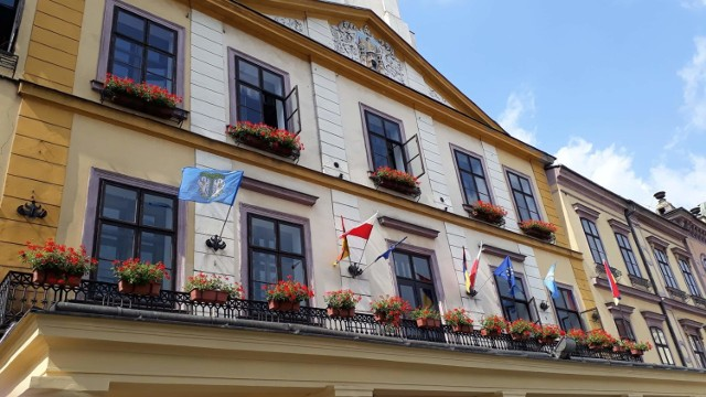 Flaga Łowicza w czwartek (27 czerwca) pojawiła się na cieszyńskim ratuszu