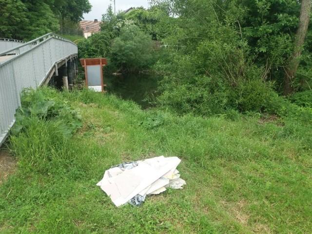 Tę stertę śmieci dwóch nastolatków porzuciło nad Obrą w rejonie Wojciechowa na pięknej małej przystani kajakowej.