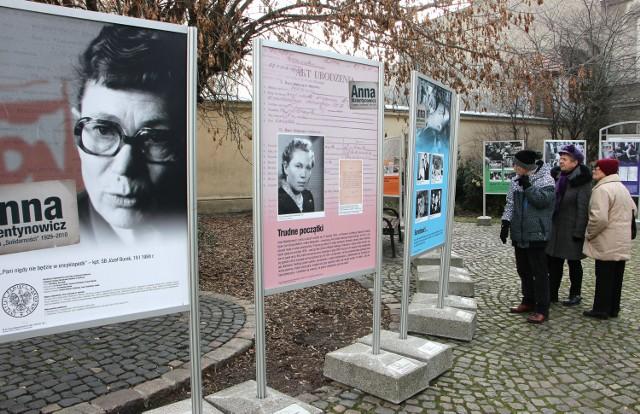 Wystawa poświęcona Annie Walentynowicz przy więzieniu w Grudziądzu