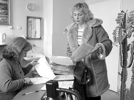 Barbara Stodółkiewicz, pracownik socjalny, konsultuje dokumenty potrzebne do wywiadu środowiskowego z Teresą Niedbałą.