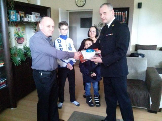 Strażacy z Brzozowa przekazali czujkę dla domu dziecka