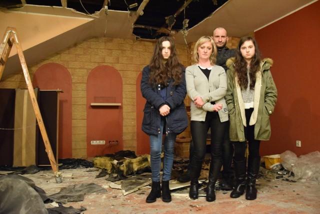 Rodzinie Botorów (od lewej: Angelika, Edyta, Maciej i Wiktoria) pożar zabrał dom. Wszystko przez rurę odprowadzającą dym z kominka