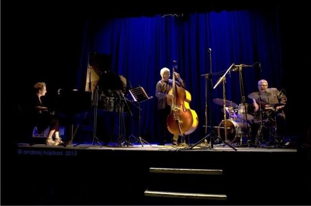 Zespół tworzą: Myra Melford (fortepian), Mark Dresser (kontrabas) i Matt Wilson (perkusja). Fot. Andrzej Hajdasz