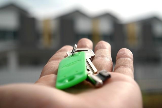 Domy, mieszkania, lokale użytkowe, garaże i miejsca parkingowe. Zobacz, jakie nieruchomości wyprzedaje Agencja Mienia Wojskowego. Najbliższe przetargi już w listopadzie!