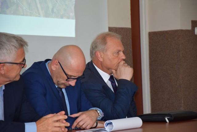 Po interwencji posła Lecha Kołakowskiego (z prawej) projektanci przygotują dodatkowe warianty przebiegu trasy