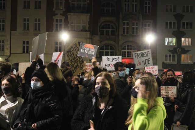 Protest kobiet w Bytomiu. W poniedziałek, 26 października, mieszkańcy przeszli ulicami miasta. Zobacz kolejne zdjęcia. Przesuwaj zdjęcia w prawo - naciśnij strzałkę lub przycisk NASTĘPNE >>>
