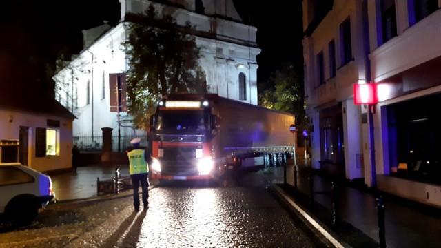 Wolsztyn: Tir zablokował centrum miasta