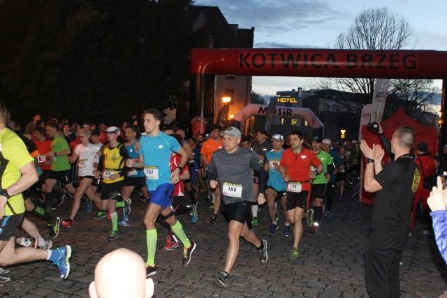 850 osób stanęło na starcie Nocnej Dychy, 10-kilometrowego biegu w Brzegu.