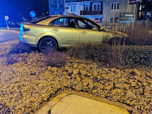 Mazda wjechała do środka ronda we Włocławku