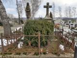 Niszczejące zabytkowe nagrobki na cmentarzu w Dukli są ratowane. Pomaga konserwator zabytków