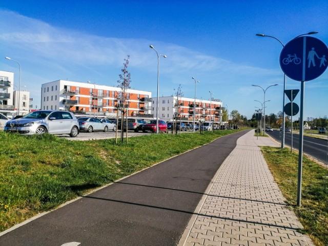 Ścieżka biegnie od ronda do ulicy Lipowej. Dalej, po skręcie w lewo możemy kontynuować przejażdżkę w kierunku Kępy i Baborówka. Jadąc prosto natomiast wjedziemy na ścieżkę biegnącą wzdłuż ulicy Kolarskiej