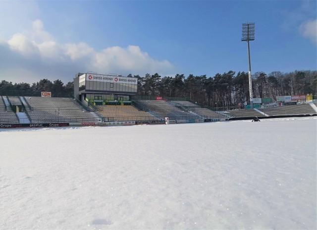 Ostatnie obfite opady śniegu nie ominęły obiektów sportowych. W czasie, gdy żużlowcy powoli już myślą o powrocie na tor, stadiony przykryła śnieżna pierzyna. Tak jest m.in. w Zielonej Górze. Na stadionie Falubazu leży gruba warstwa śniegu (widać to na powyższym zdjęciu opublikowanym na facebookowym profilu klubu).