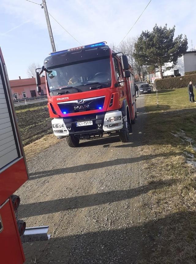 Ma miejsce zostały skierowane policja, straż pożarna - JRG Skoczów oraz OSP Ochaby, a także pogotowie.