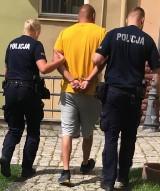 Policja wyprowadziła go w kajdankach z wydziału komunikacji Urzędu Miasta w Wałbrzychu!