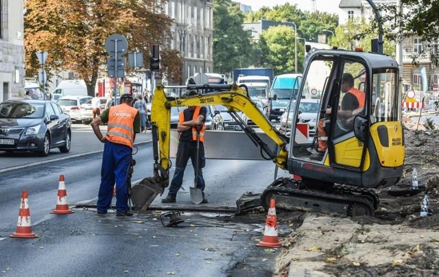 Zarząd dróg właśnie ogłosił przetarg na remont pięciu ulic w Bydgoszczy. Remonty mają być prowadzone latem, kiedy ruch w mieście jest mniejszy. Sprawdź, na jakich ulicach pojawią się ekipy.  Gdzie zaplanowano remonty? Czytaj na kolejnych slajdach --->   Flesz - wypadki drogowe. Jak udzielić pierwszej pomocy?