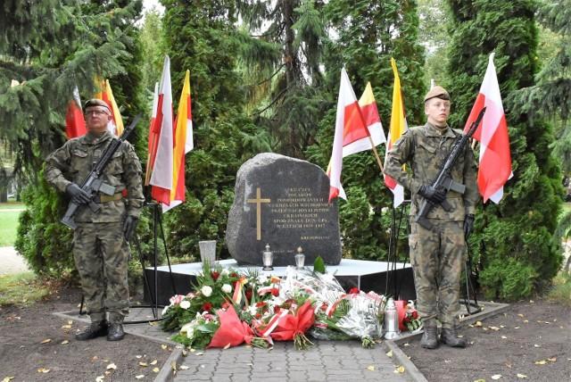 Pod obeliskiem upamiętniającym Polaków pomordowanych na Kresach, w 82. rocznicę agresji sowieckiej na Polskę, kwiaty złożyły delegacje reprezentujące władze, firmy i instytucje z Inowrocławia i powiatu inowrocławskiego