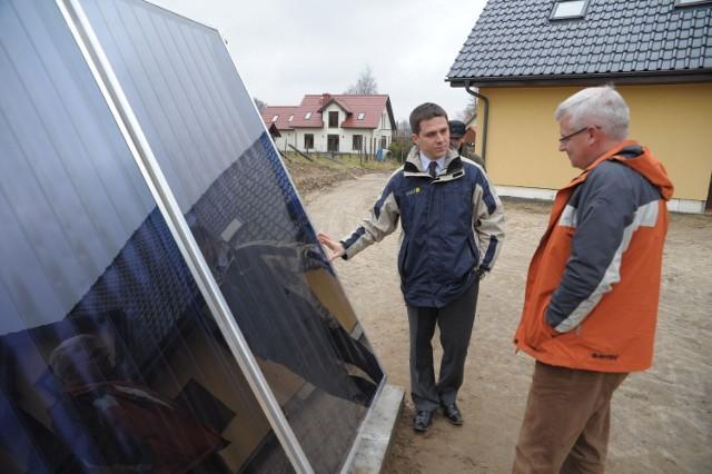 Dominik Siemiątkowski z firmy Watt (z lewej) z przewodniczącym rady Tomaszem Borowskim przy solarze