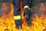 Pożar śmieci w opuszczonym budynku przy ulicy Prostej w Kielcach. Policjanci ewakuowali mężczyznę