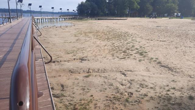 """Jezioro Głębokie to piękny, czysty akwen. Od lat zmaga się jednak ze """"znikaniem"""" wody. W tym roku problem znowu się powiększył."""
