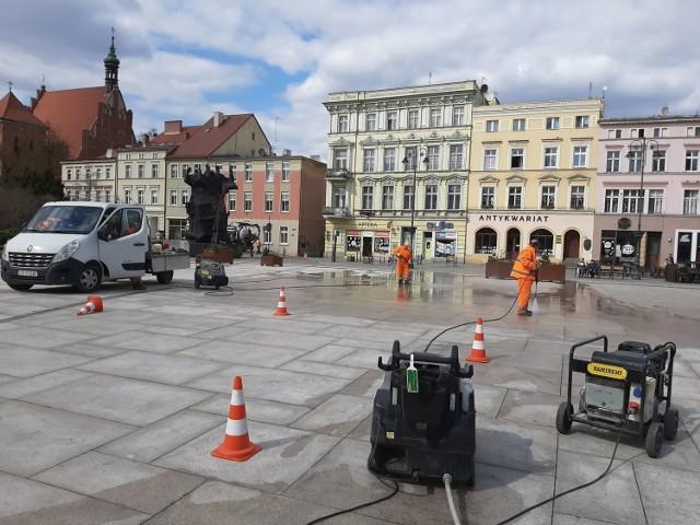 Prace związane z czyszczeniem płyty Starego Rynku w Bydgoszczy wykonywane są w ramach gwarancji przez firmę Betpol.