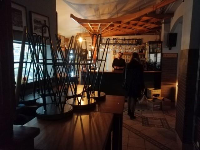 Działające pomimo ograniczeń lokale gastronomiczne - na zdjęciu Chmiel do Uwolnienia w Goleniowie - mogą prowadzić sprzedaż jedynie na wynos
