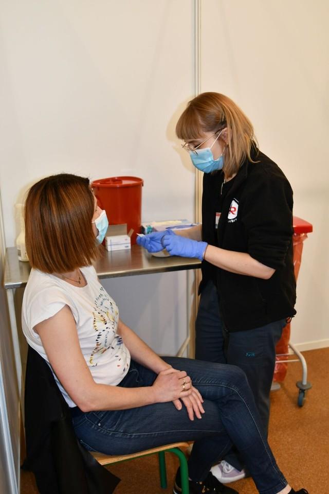 Punkt szczepień masowych w Łapanowie działa w hali sportowej Centrum Kształcenia Zawodowego i Ustawicznego od 17 maja 2021