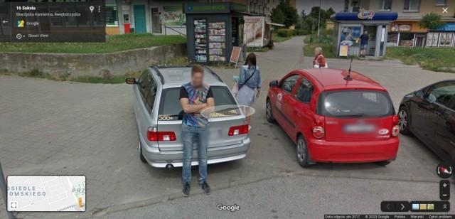 """Kolorowy samochód lub inny pojazd z logo Google i charakterystyczną """"kopułką"""" na górze w sierpniu 2017 roku można było zauważyć na ulicach Skarżyska, bo to wtedy robiono zdjęcia do funkcji Google Street View.  Na niektórych osiedlach zdjęcia wykonane zostały wcześniej, w 2013 roku. W programie automatycznie zamazywane są ludzkie twarze i tablice rejestracyjne samochodów, ale na zdjęciach można rozpoznać siebie lub kogoś znajomego po charakterystycznej sylwetce, ubraniu lub miejscu. A może to ciebie upolowała kamera Google'a - na spacerze z psem, w czasie zakupów lub podczas rowerowej przejażdżki?  KOLEJNE ZDJĘCIA NA NASTĘPNYCH SLAJDACH >>>"""