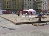 180 ton piasku na placu Solnym! Powstaje plaża na Nowe Horyzonty (ZDJĘCIA)