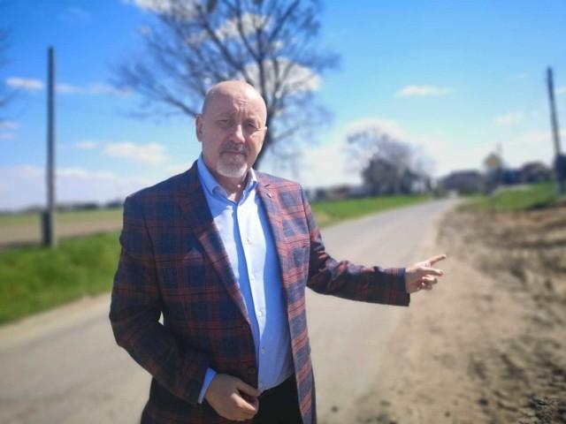 - Ruszamy z remontami dwóch dróg - mówi Henryk Lakwa, starosta opolski. Na zdjęciu trakt w Zimnicach Małych.