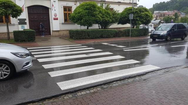 Do wypadku doszło w czwartek 26.08.2021 ok. godz. 9.20 na przejściu dla pieszych na ul. Kościuszki w Bochni, w rejonie sądu rejonowego.