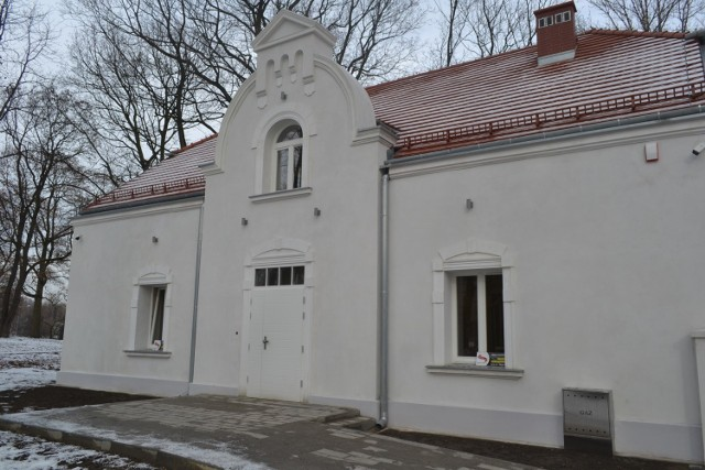 Budynek po dawnym sanepidzie w Parku Zamkowym w Mysłowicach jest już ukończony. Pod koniec marca nastąpił odbiór inwestycji. Tak wygląda z zewnątrz.   Zobacz kolejne zdjęcia. Przesuń zdjęcia w prawo - wciśnij strzałkę lub przycisk NASTĘPNE