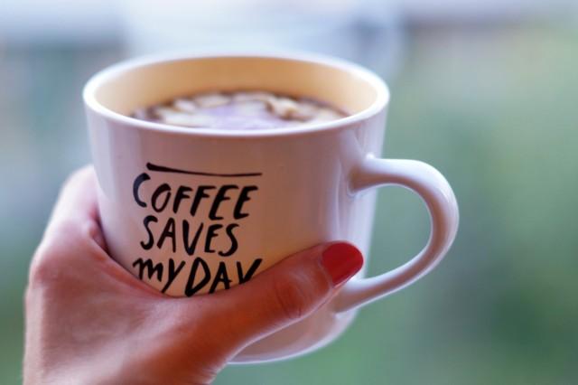 Chociaż kofeina to powszechnie używany legalny środek pobudzający, jednak może być groźny dla zdrowia i mieć nieprzyjemne objawy związane z przedawkowaniem. Kofeinę można znaleźć w kawie, ale substancja ta występuje również w wielu innych rodzajach napojów, żywności i lekach, w tym w środkach przeciwbólowych, ziarnach kakaowych i herbacie.  Ponieważ kofeina jest legalną substancją, która jest wszędzie dostępna, łatwo można zapomnieć, że jest to środek pobudzający.  Oto oznaki, na które należy zwrócić uwagę. Mogą stanowić sygnał ostrzegawczy. TOP 8 znajdziesz w naszej galerii >>>>>
