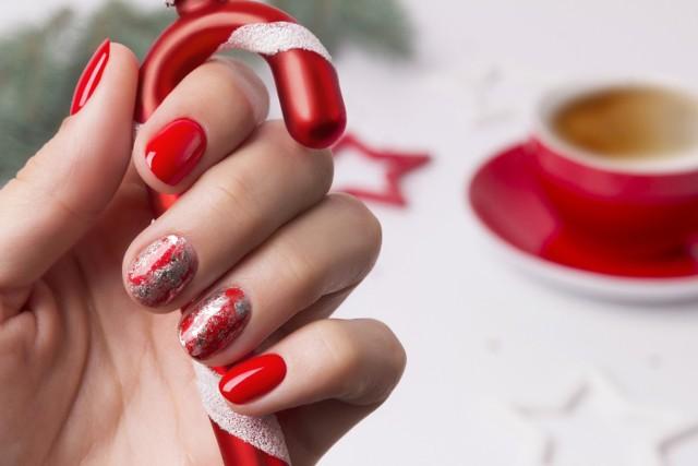 Świąteczny manicure możesz zrobić samodzielnie lub zainspirować kosmetyczkę do wykonania konkretnego wzoru. Zobacz zdjęcia i zainspiruj się. Paznokcie świąteczne: najnowsze trendy.