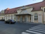 Dworzec PKP w Żaganiu! Pierwszy pociąg wjechał na naszą stację 175 lat temu! Jako jedyny w okolicach został wyremontowany!