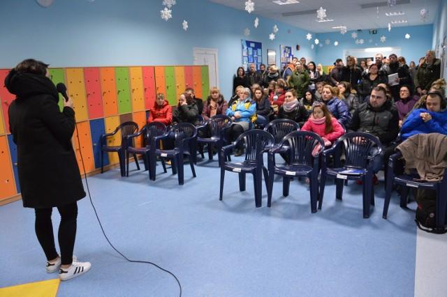 Rodzice podczas ferii spotkali się w szkole w Kamnicy i zapowiedzieli, że będą walczyć, bo burmistrz nie ma prawa wybierać szkoły dla ich dzieci