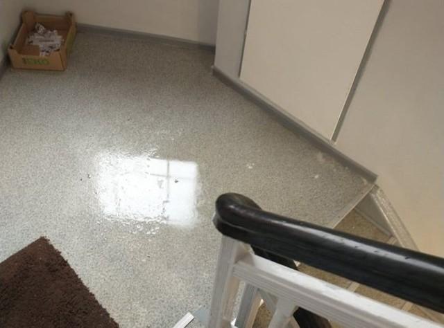 Woda na klatce schodowej