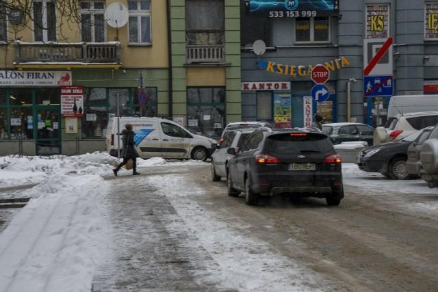 Centrum Buska, w sobotę 16 stycznia tętniło życiem. W uzdrowisku panowały pustki ale mieszkańcy ruszyli do miasta,  robili zakupy, spacerowali, ruch był całkiem spory.   Więcej zdjęć na kolejnych slajdach>>>