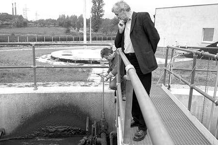 Dariusz Michalak, pracownik wojkowickiej oczyszczalni i Piotr Lipiński z Urzędu Miasta sprawdzają stan urządzeń zakupionych przez firmę z Katowic. olgierd gÓrny